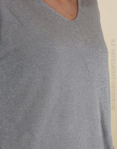 Pull fin leger gris brillant, col v et motif étoile