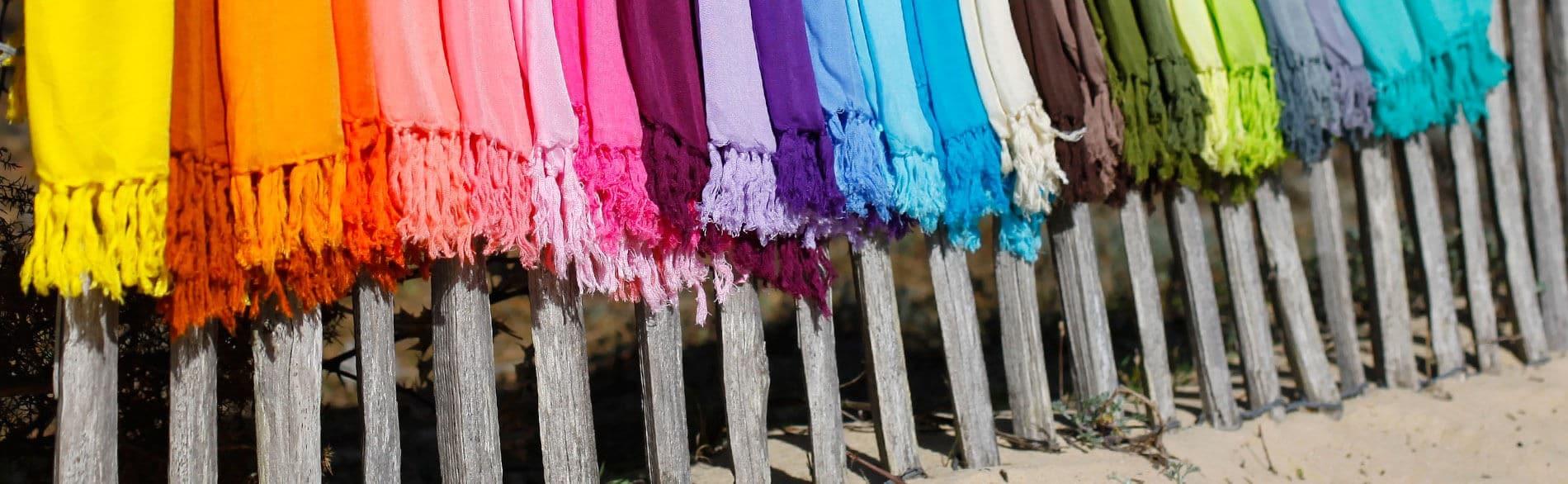 Découvrez notre large gamme de paréos colorés, idéal pour vos journées à la plage