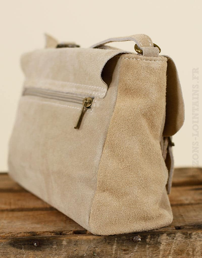 Petit sac cartable beige en croûte de cuir avec sangle ajustable