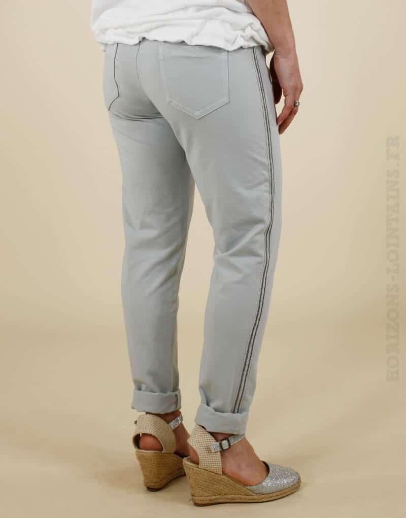 Jogging gris clair avec un bande brillante sur le côté, poches zippées
