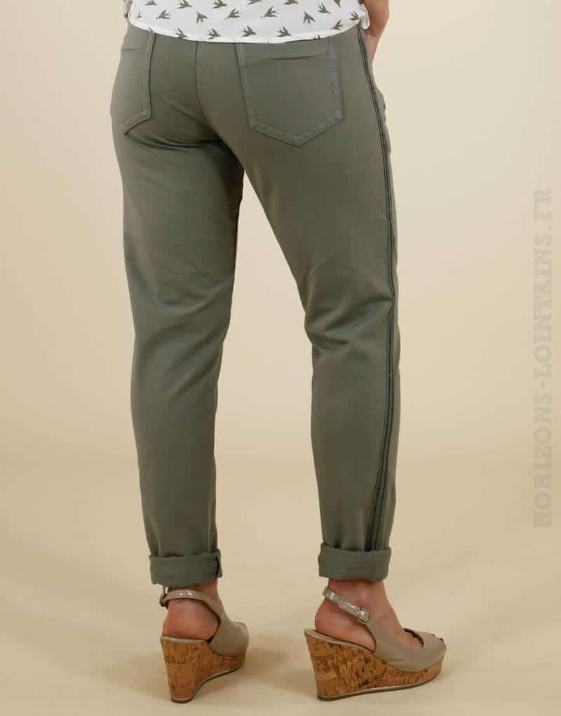 Jogging vert kaki avec un bande brillante sur le côté, poches zippées