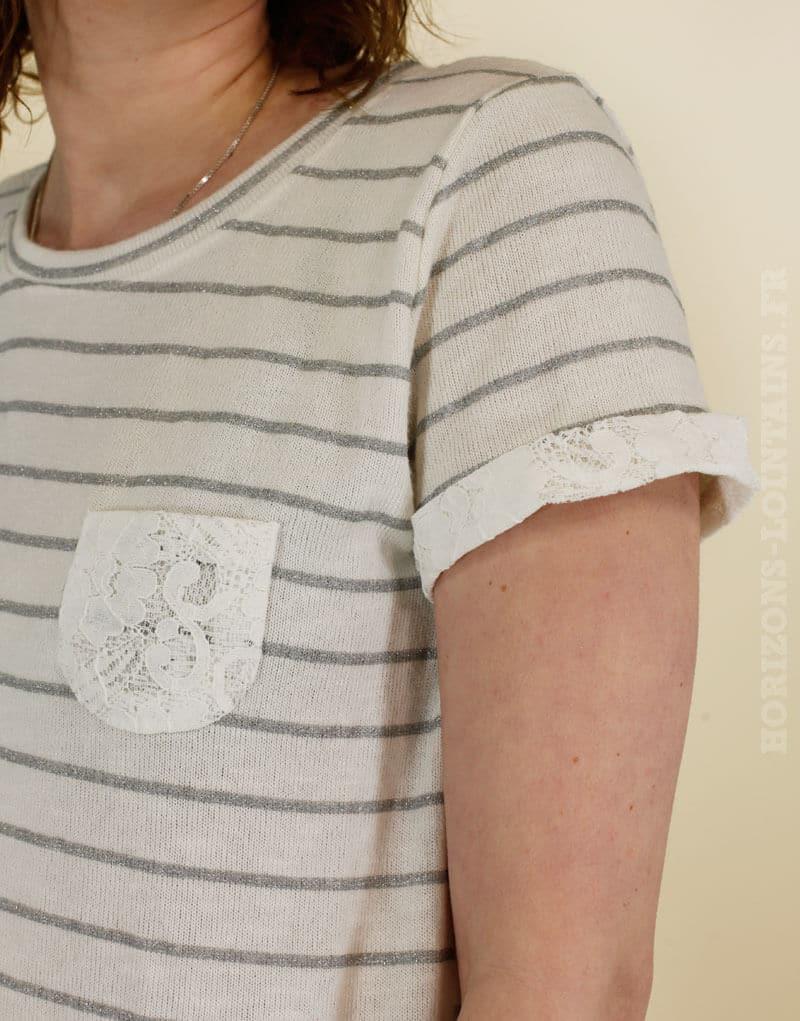 T-shirt écru à rayures grises et argentées avec poche en dentelle