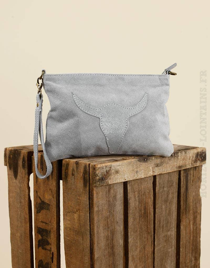 Pochette gris clair en croûte de cuir avec tête de buffle cousue