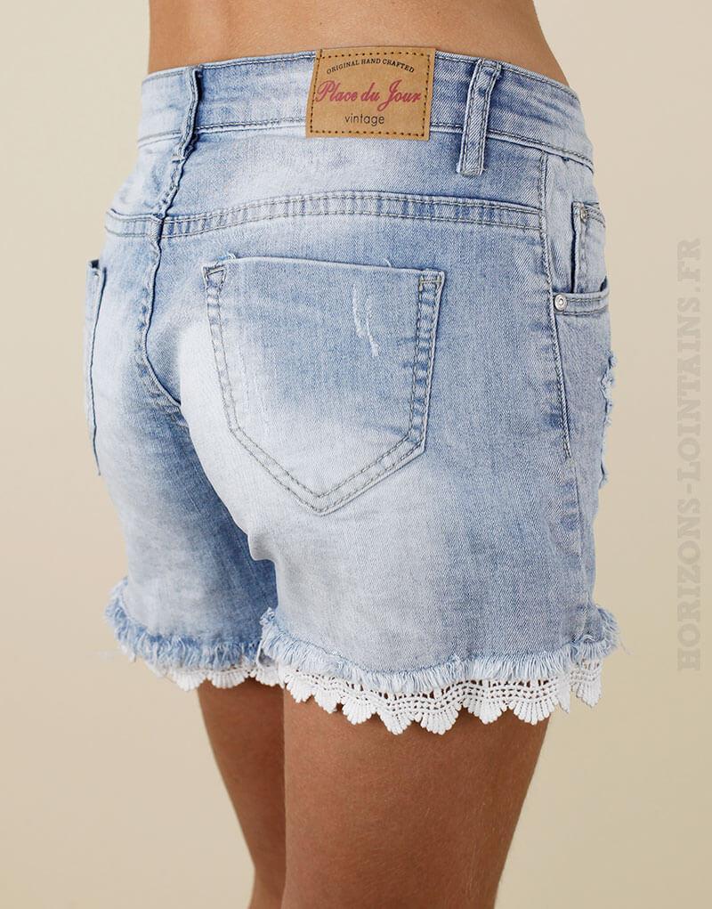 Short en jean delavage clair, details destroy et dentelle style boheme joli