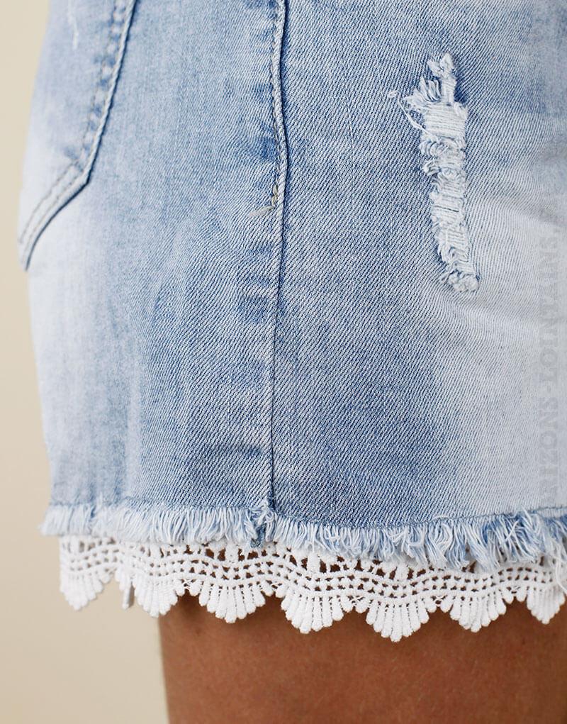 Short en jean delavage clair, details destroy et dentelle style boheme zoom