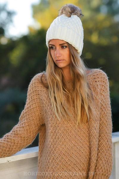 Bonnet écru tricoté avec pompon en fausse fourrure