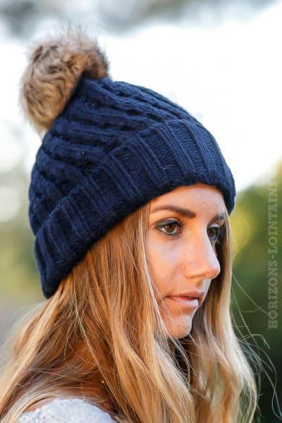 Bonnet bleu marine tricoté avec pompon en fausse fourrure