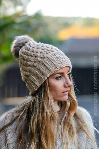 Bonnet taupe tricoté avec pompon en fausse fourrure