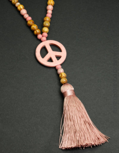 Collier perles bois peace and love pompon rose 02