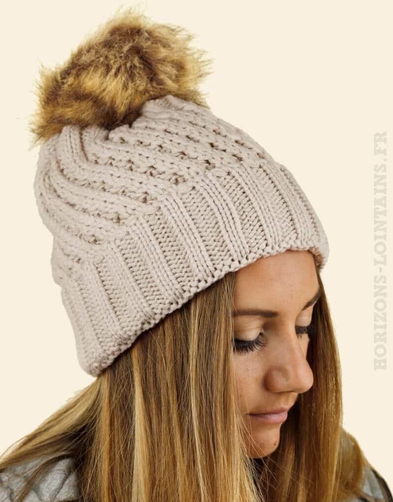 Bonnet taupe tricoté, intérieur fourré, gros pompon en fausse fourrure