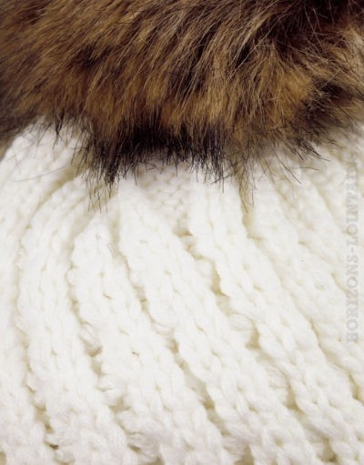 Bonnet écru tricoté, intérieur fourré, gros pompon en fausse fourrure