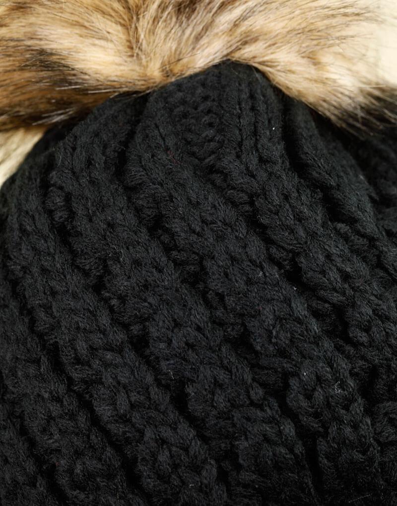 Bonnet noir tricoté, intérieur fourré, gros pompon en fausse fourrure