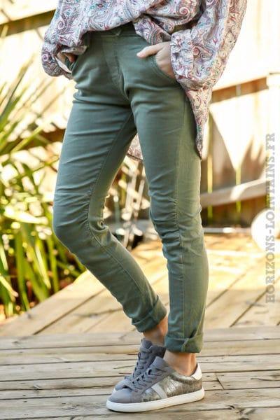 Pantalon-vert-kaki-clair-ceinture-lacet-réglable-confortable-look-femme-moderne-tendance