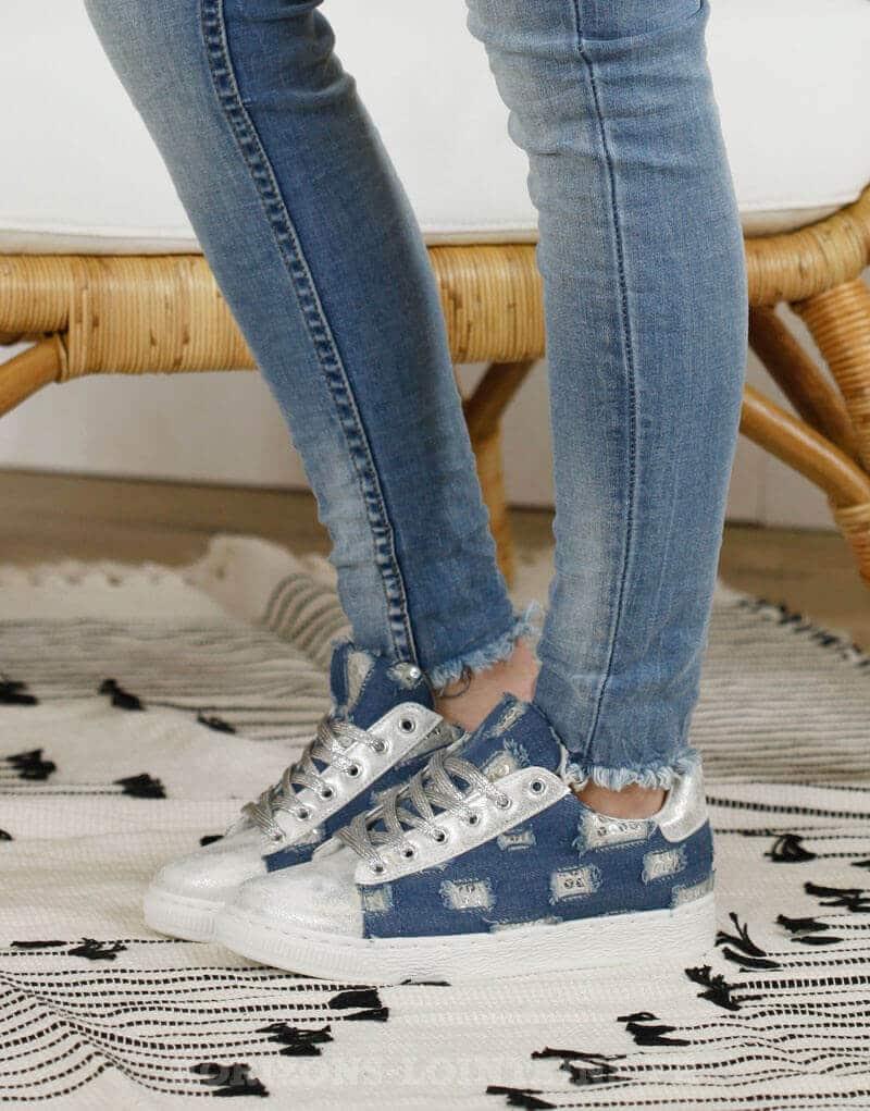 baskets toile bleu jean style usé sequins portées