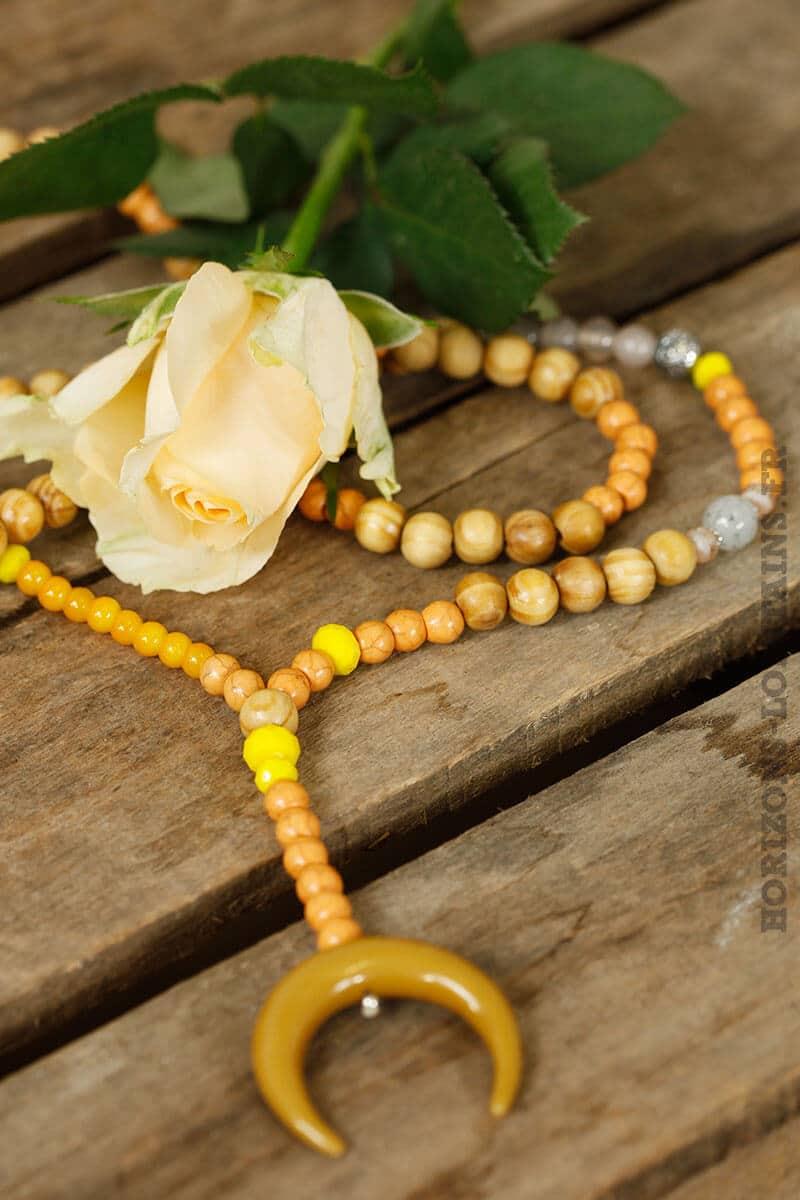 collier perles bois grande corne croissant lune moutarde