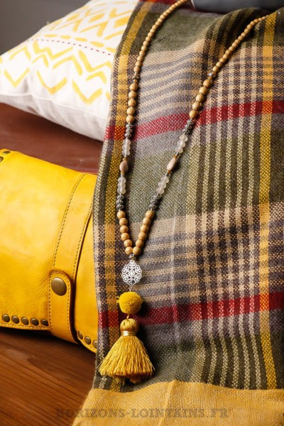 collier-jaune médaillon rosace étoile métal argenté pompon moutarde