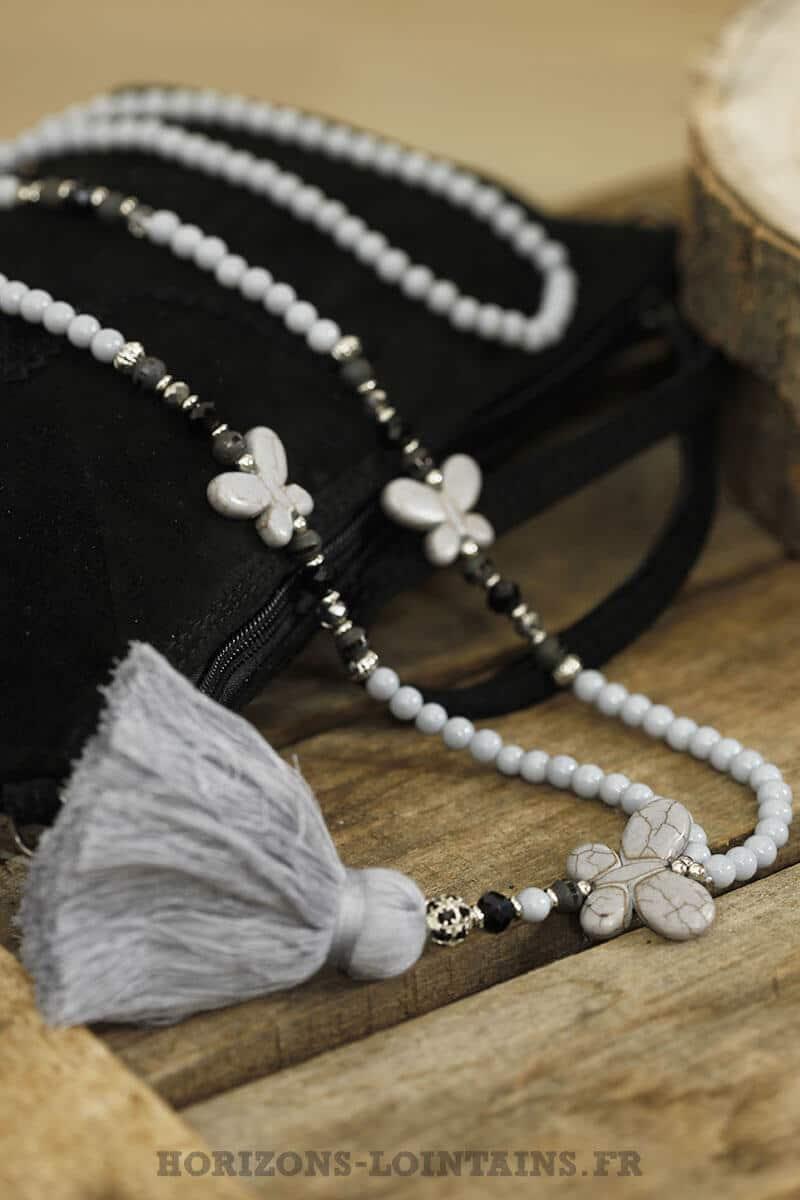 collier papillon pompon gris clair perles grises noires look