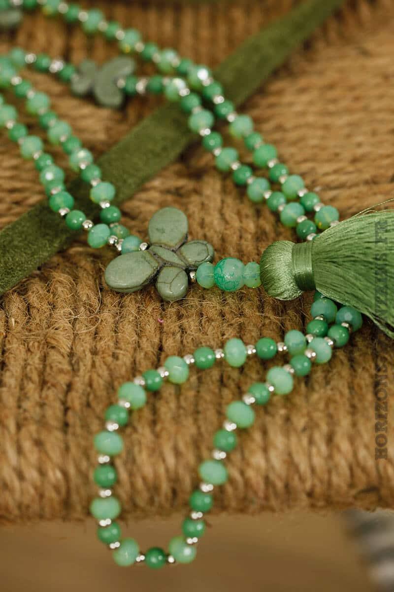 Collier en perles de verre, verts et jade, 3 papillons en pierre