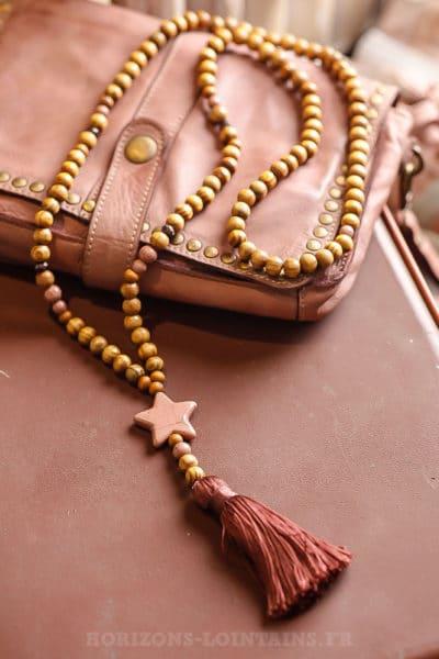 Collier femme perles bois beige, étoile vieux rose pompon bordeaux