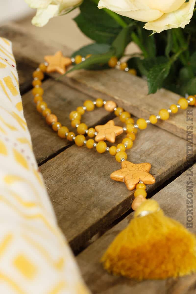 collier trois étoiles moutarde, perles facettes et pompons jaune