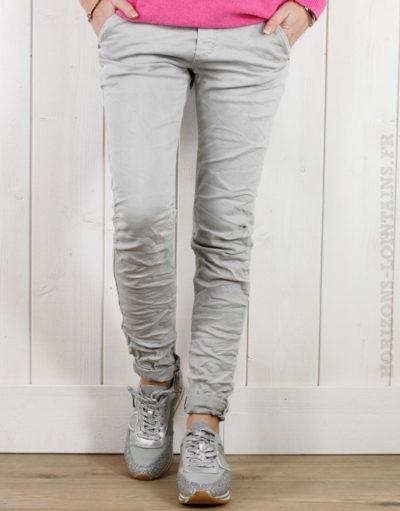 Pantalon gris clair, ceinture lacet