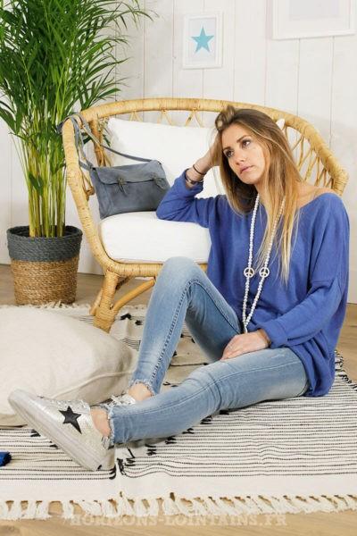 Pull bleu jean col v, coutures extérieures