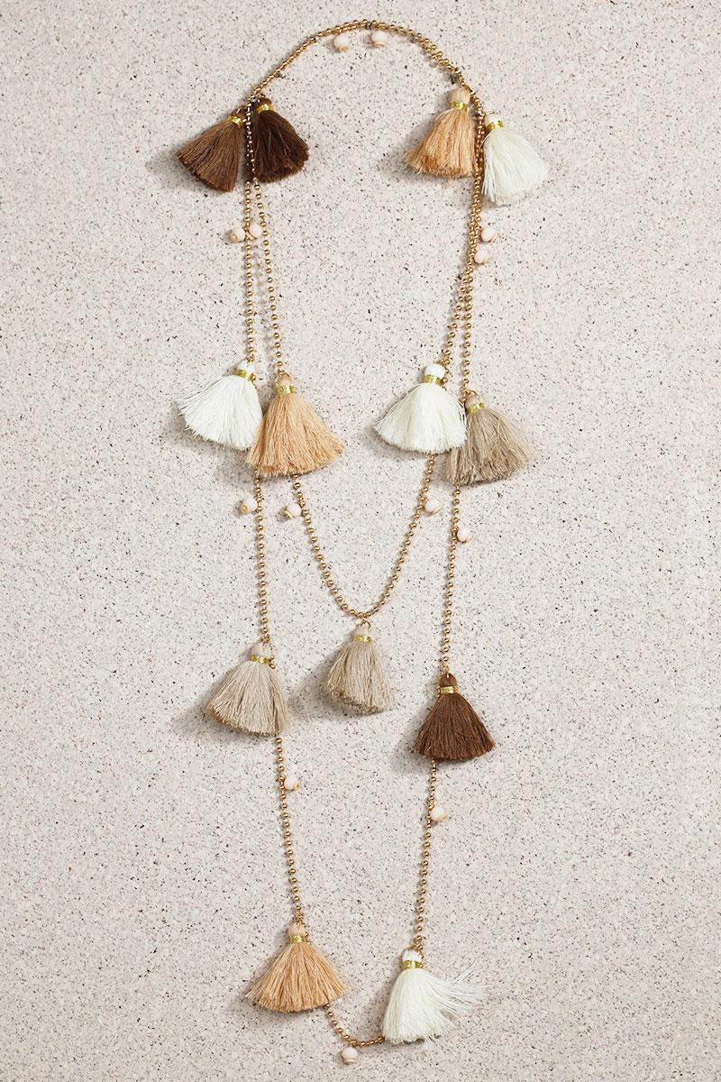 Collier breloques pompons taupe beige marron détails