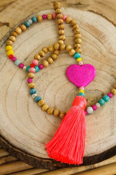 Collier perles bois multicolores cœur rose fushia