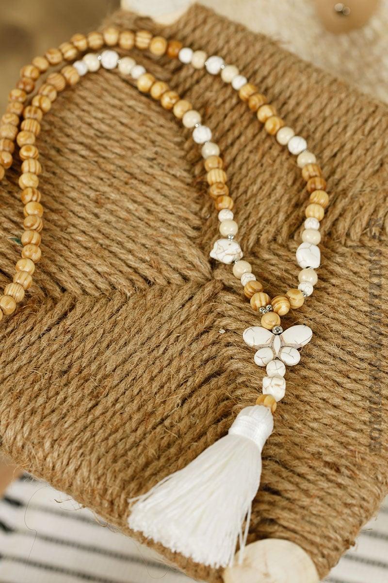 Collier perles bois papillon pierre écru