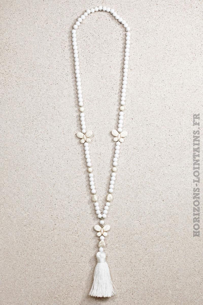 Collier perles bois trois papillons pierre blancs