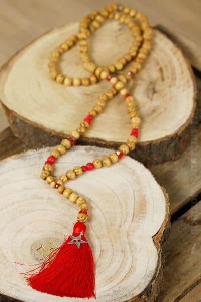 Grand collier perles bois pompon rouge étoile argentée