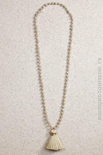 Collier perles facettes pompon beige