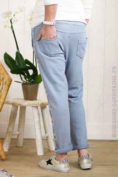 Jogging confortable bleu jean avec une bande print sur le côté
