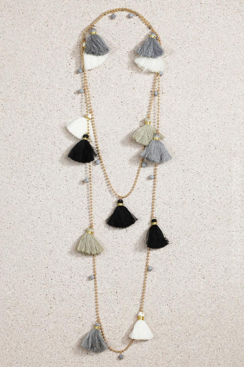 collier breloques pompons écru gris noir taupe