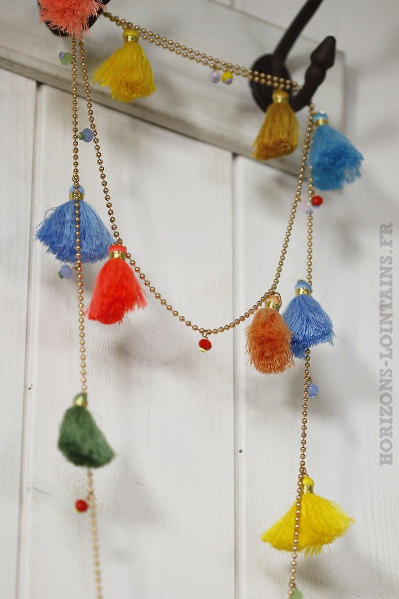 collier breloques pompons multicolores pêche jaune corail bleu