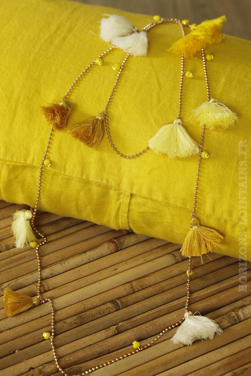 collier breloques pompons nuances jaune moutarde