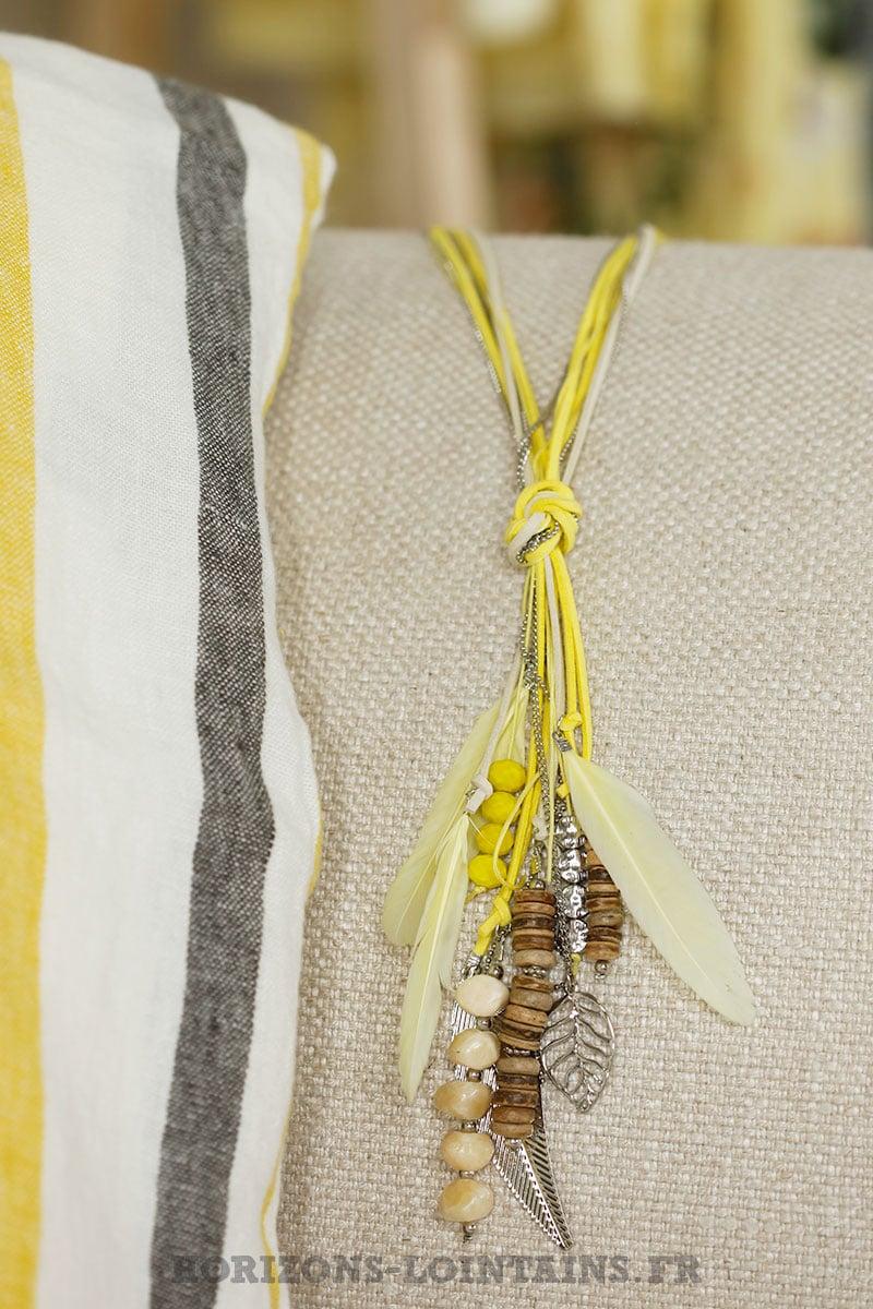 collier lacet jaune plumes médaillons argentés
