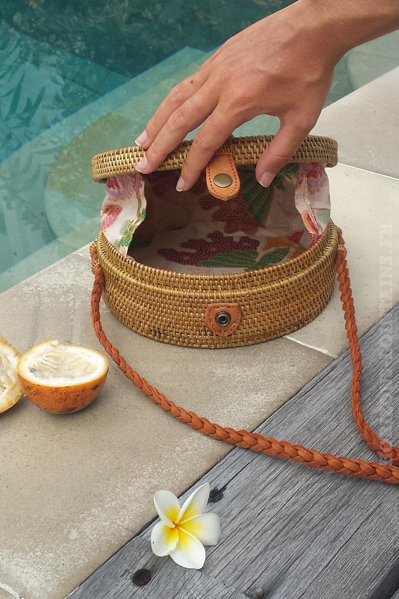 Sac rond en rotin tendance fait à Bali - anse tressée en cuir