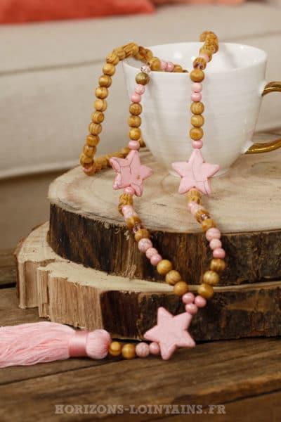 collier perles bois beiges étoiles roses