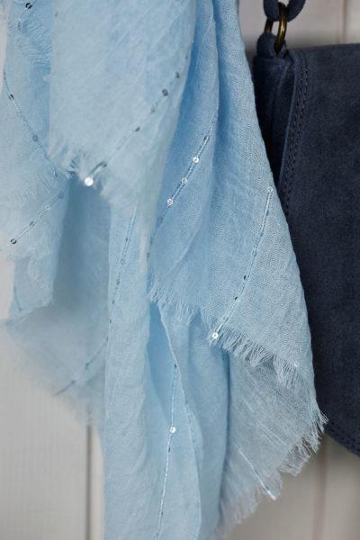 Écharpe bleu ciel, petits sequins