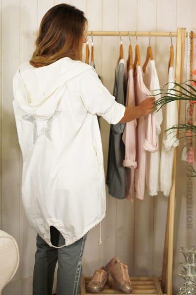 Veste longue à capuche blanche, matière sweat, étoile en sequins dans le dos