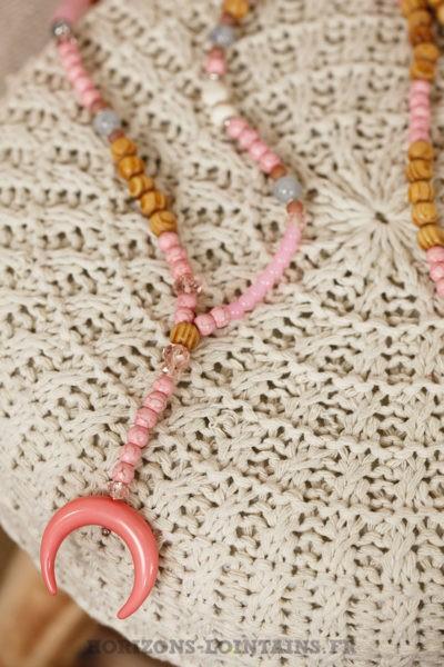 collier perles bois croissant lune corne rose