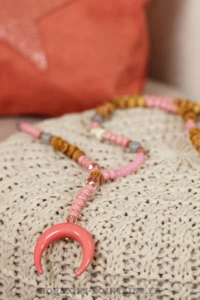 collier perles bois croissant lune corne rose malabar