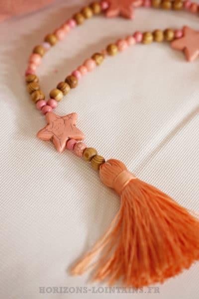 Collier sautoir perles bois marron et rose, étoiles pêche, pompons orange