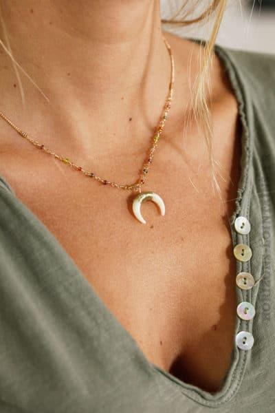 """Collier chaîne dorée, perles fines multicolores transparentes, croissant de lune """"corne"""""""