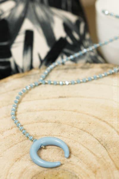 collier petites perles bleues corne croissant lune bleu clair