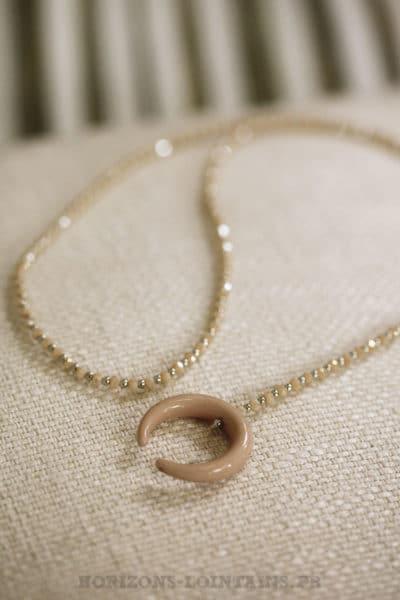 collier petites perles rose poudré corne croissant lune