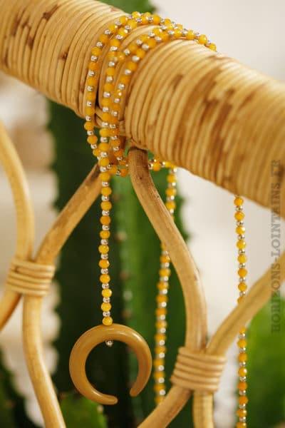 collier petites perles jaune moutarde corne croissant