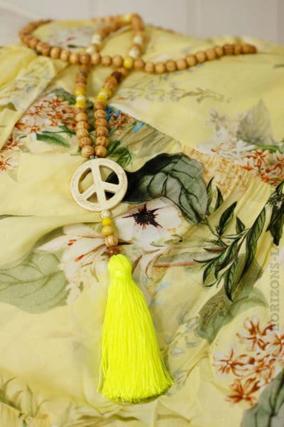 "collier sautoir perles bois peace""n""love jaune fluo"