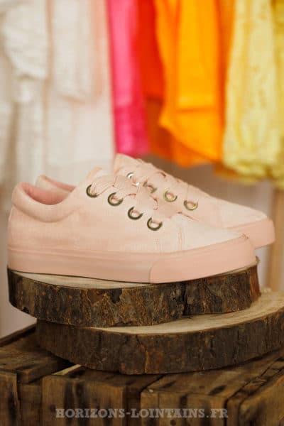 Baskets basses suédine, rose pâle, gros lacets plat, couleur pastel